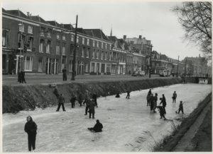 202591-kon-emmakade-kinderen-op-ijs-1956